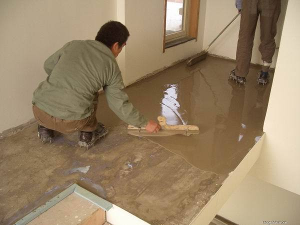 恒大样板房铺设地板用自流平亚博2018